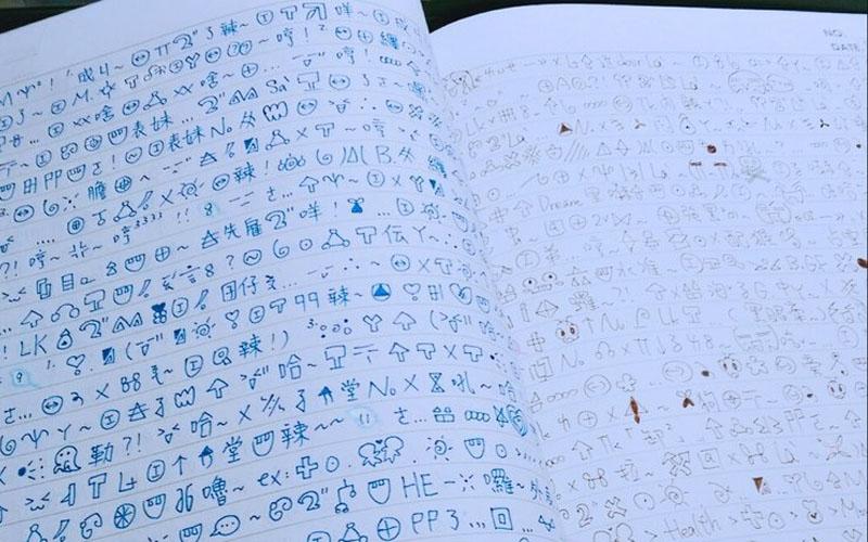 她為了防偷看「用自創文字寫交換日記」不懂為什麼還是被老師叫過去,但一看到「那個符號」就臉紅了....你知道為什麼嗎?  -