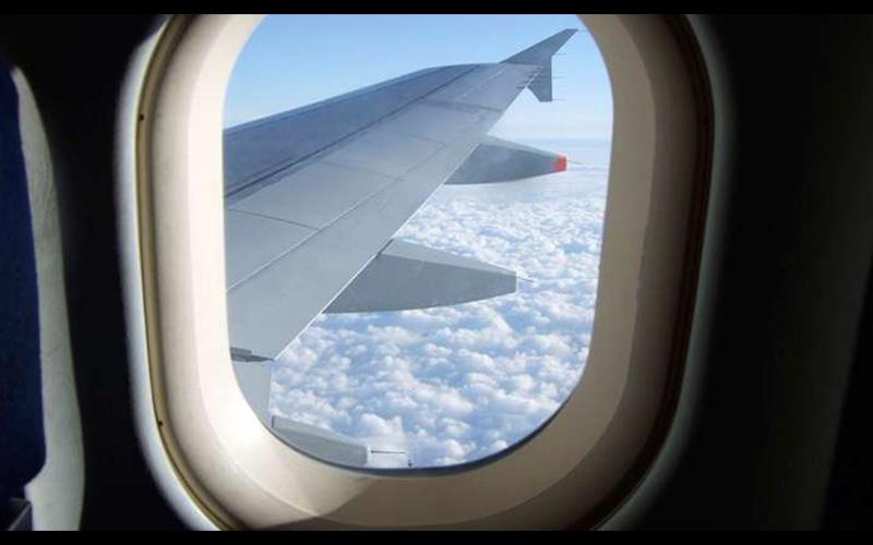 坐飛機的時候你是否有想過「為什麼飛機的窗戶是橢圓形」的,原來這個設計可以保住乘客的命阿!  -