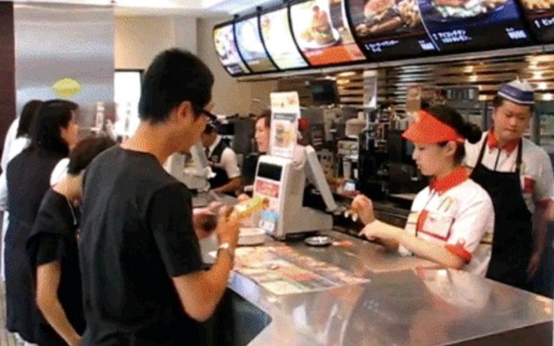 他到麥當勞櫃台點餐說「寶寶想吃一號餐,但寶寶不說」,沒想到店員「神回覆」一句話,讓他丟臉丟到爸媽都不認得!  -