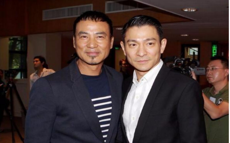 他是香港唯一不怕黑社會的男明星,甚至靠著能調動「飛虎隊」的強大背景救過劉德華!