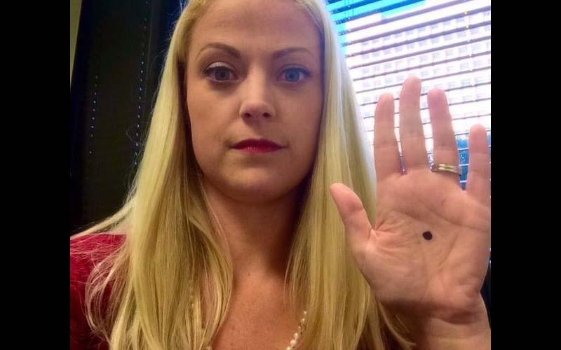 她在手掌中央畫了一個黑點後拍照上傳,沒想到隔天警察竟找上門了!原來是....