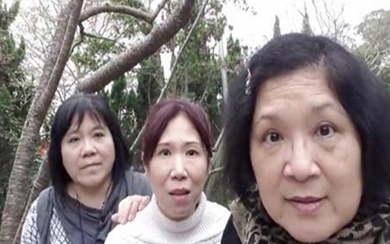 3個可愛阿姨第一次使用自拍神器拍照卻按到錄影,意外拍下的影片讓人笑噴!