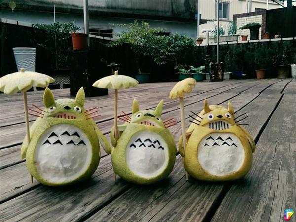 中秋用柚子做成打伞龙猫造型超可爱,但是没想到几天之后突然变异成
