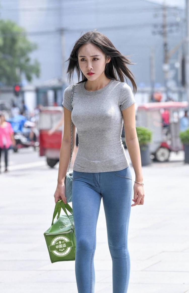 欧美大屁股牛仔裤街拍视频_其实正面很像那种弹性布料做成的假牛仔裤,超级紧身,却能更凸显臀部
